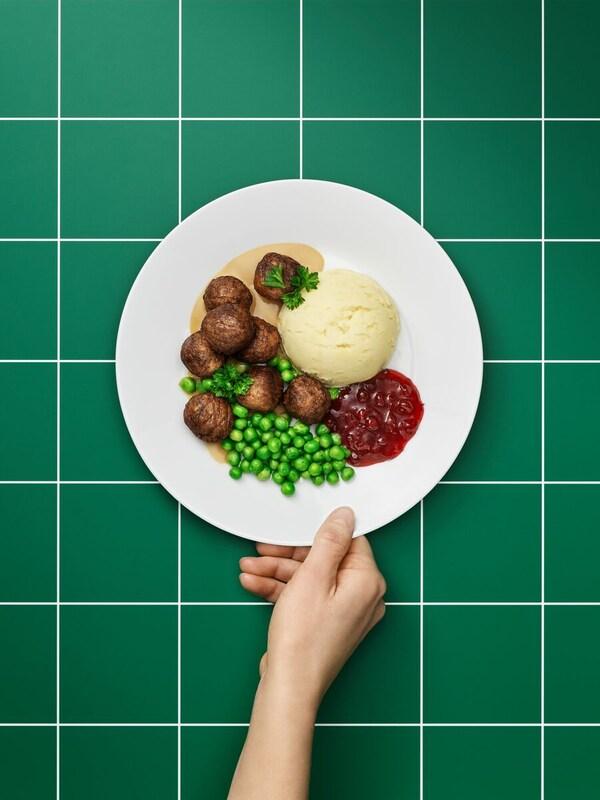 Bezmäsité guľôčky na tanieri s prílohou.