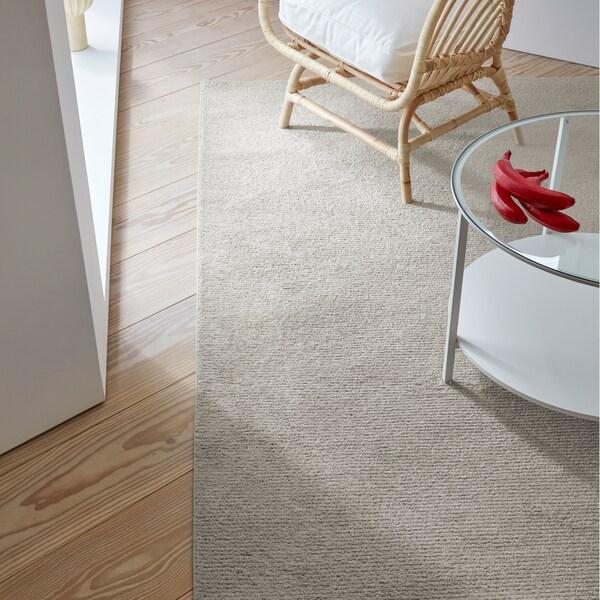 Beżowy dywan SPORUP wykonany jest z cienkiej przędzy tworzącej niezwykle miękką warstwę gęstego włosia.
