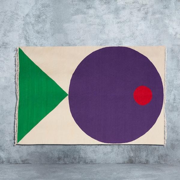 Beżowy, tkany ręcznie dywan z graficznym motywem kolorowych radosnych ryb, zaprojektowany przez Seulgi Lee do kolekcji IKEA ART EVENT 2019.