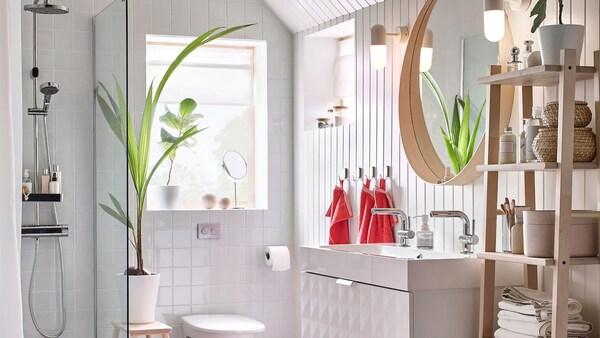 هذا الحمام من ايكيا بالنظام اللوني الذي يقوم على اللونين الأبيض والأحمر يشتمل على حوض غسيل مزدوج أبيض من GODMORGON للسماح بتواجد العديد من أفراد الأسرة بالحمام في نفس الوقت.