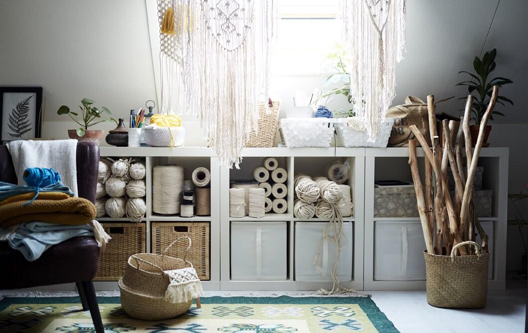 Biała, kreatywna przestrzeń w domu z mnóstwem miejsca do przechowywania.