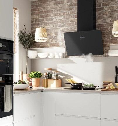 biała kuchnia i czarny okap