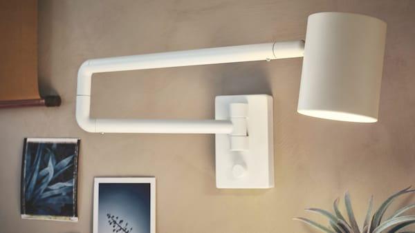 biała lampa ścienna