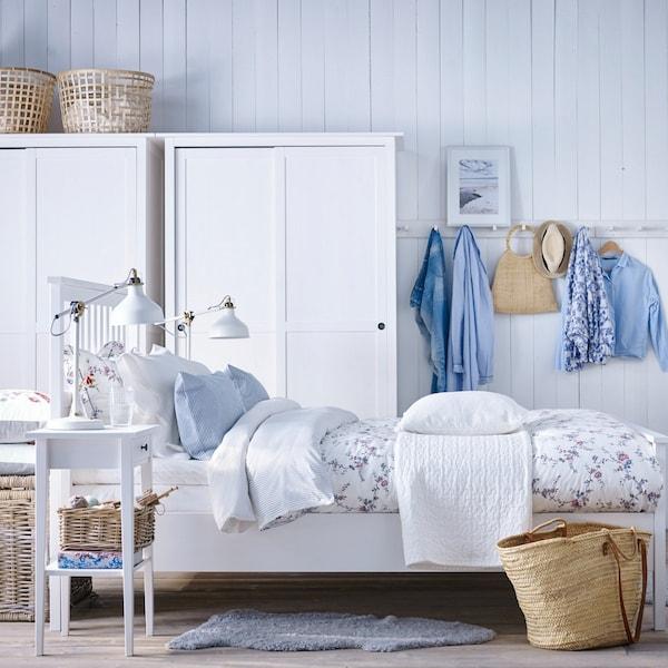 Biała, romantyczna sypialnia z białymi meblami HEMNES.
