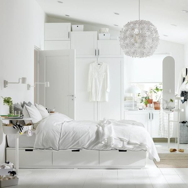 Biała sypialnia z białym łózkiem NORDLI.