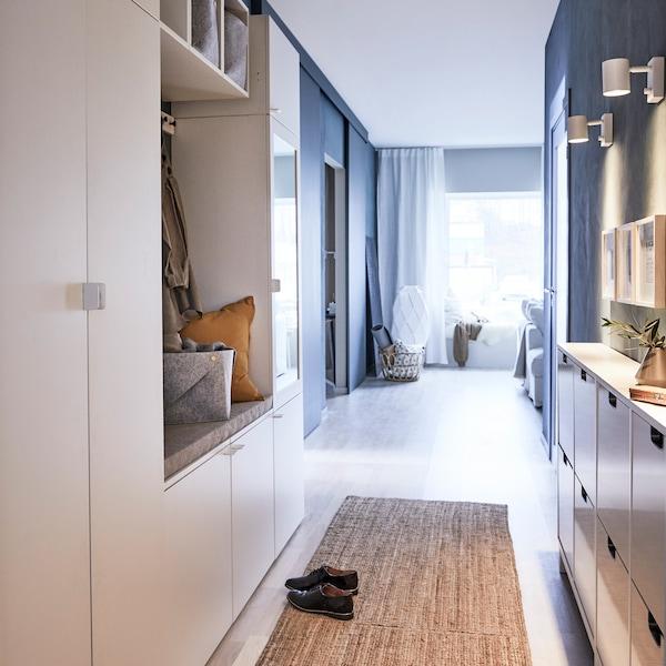 Biała szafa IKEA PLATSA z lakierowanego drewna zaaranżowana w małym przedpokoju.