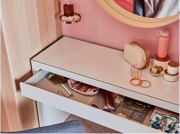 Biała toaletka, okrągłe lustro, szafa z bejcowanego na biało dębu i metalowa/szklana półka.