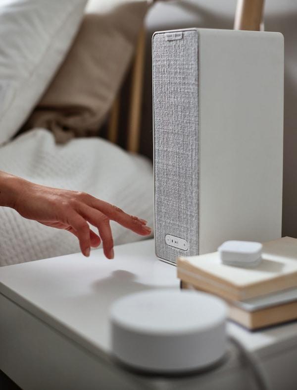 Biały głośnik przy łóżku
