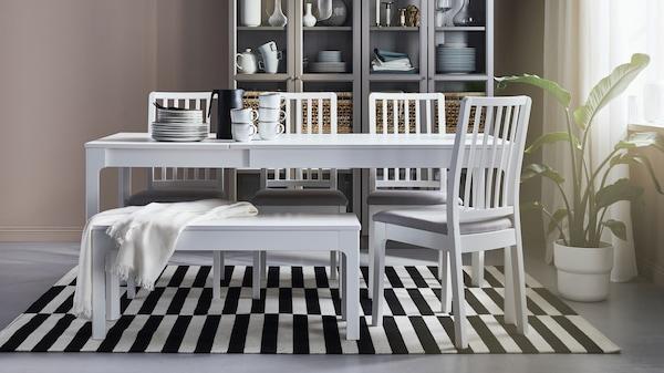 biały stół jadalniany z krzesłami