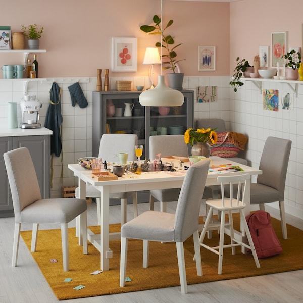 Biały stół NORDVIKEN z krzesłami tapicerowanymi.