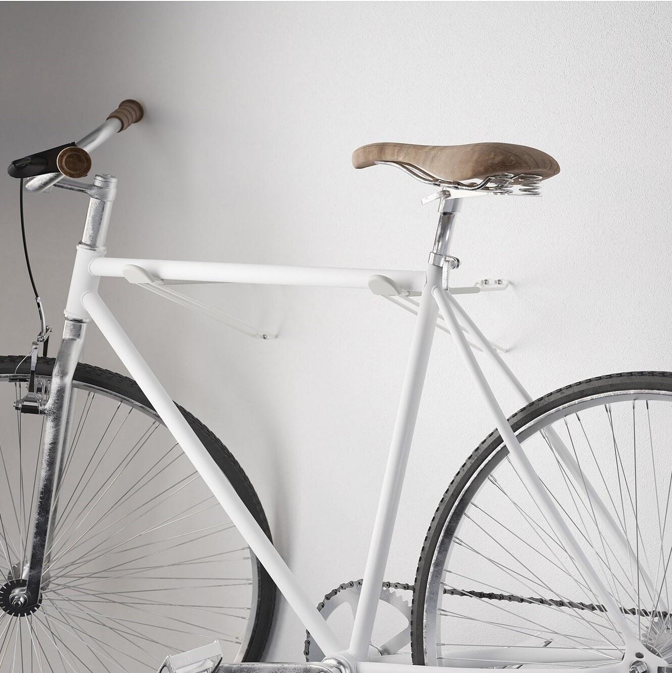 Bicicleta colgada en la pared
