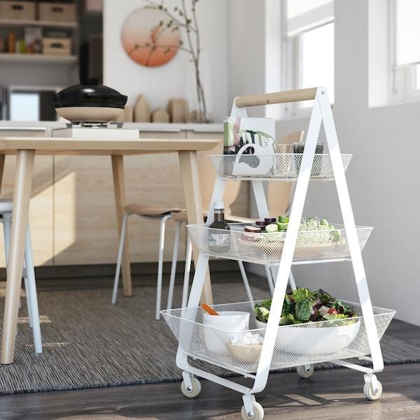 Biłąy wózek RISATORP stojący przy stole kuchennym