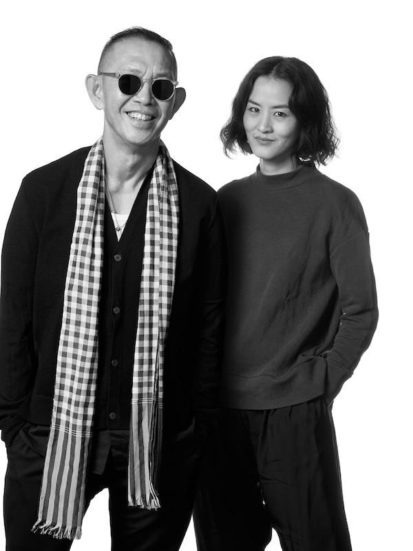 Bild på Bhanu Inkawat och Vitchukorn Chokedeetaweeanan, designers hos det thailändska modevarumärket Greyhound Original.