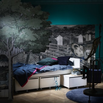Bild von Produkten des IKEA SLÄKT Sortiments, flexible Möbel für Kids ab 8 Jahren. Hier zu sehen das Bett mit drei Aufbewahrungselementen darunter.