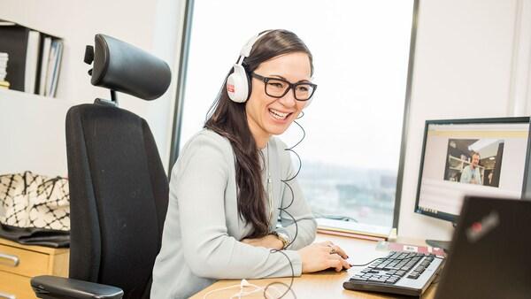 Bilde av en kundebehandler i telefonen.