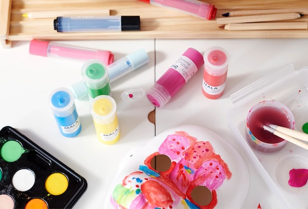 Bilde av et bord med malesaker som viser aktivitet.