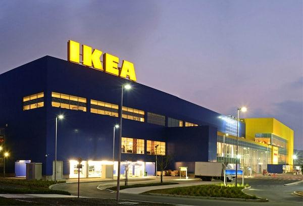 Bilde av et IKEA varehus i kveldsskumring med tydelig lysende logo.