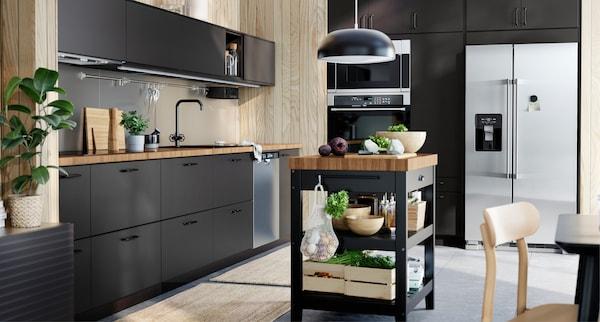Bilde av et kjøkken med svart KUNGSBACKA kjøkken.