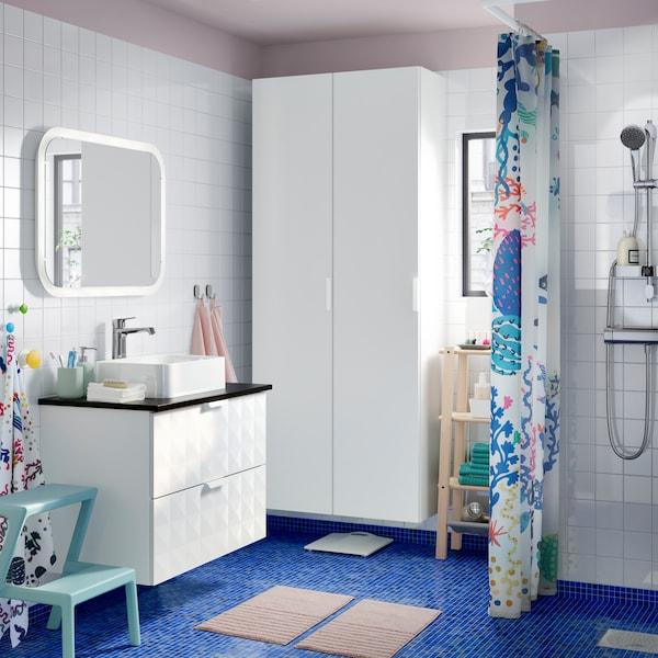 Bilik mandi moden berwarna biru, merah jambu dan putih dilengkapi kabinet GODMORGON, permukaan atas kaunter TOLKEN dan sinki HÖRVIK.