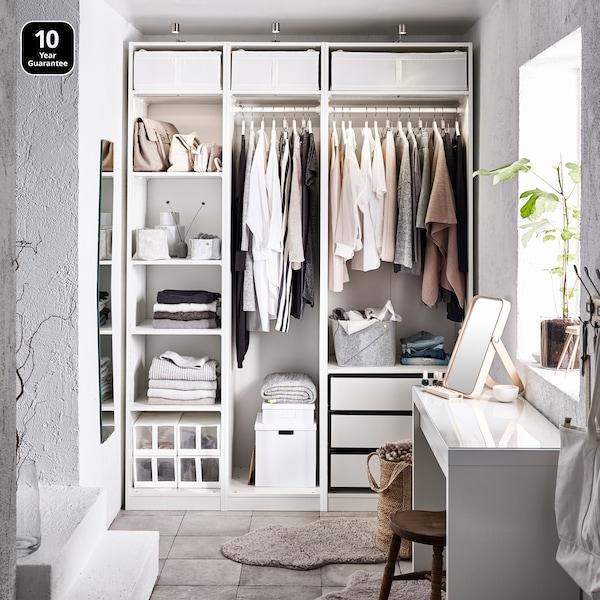 Bilik tidur yang mempamerkan almari pakaian tanpa pintu berwarna putih
