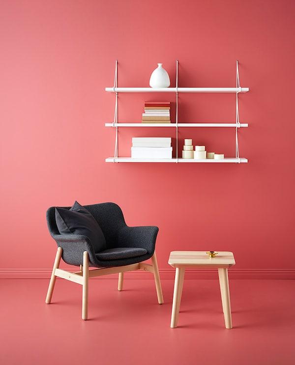 billede ar stol og hylder med rød baggrund