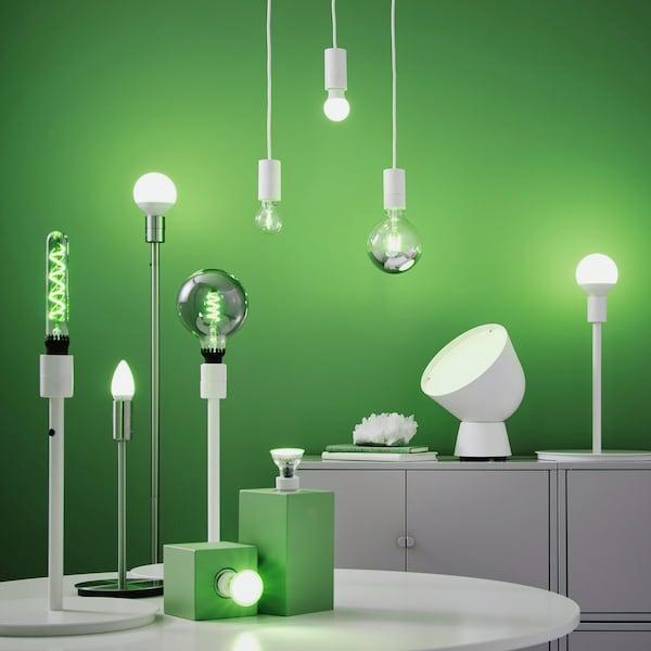Billeder af en forskellige LED  pærer på grøn baggrund