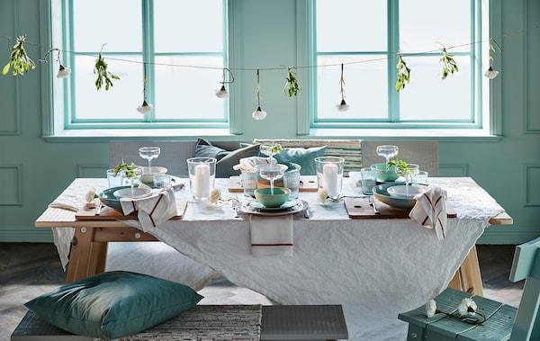 Binde Kunstblumen an ein Band, das du dann über den Tisch hängst. Wie wäre es z. B. mit weissen IKEA SMYCKA Kunstblumen in Nelkenform?