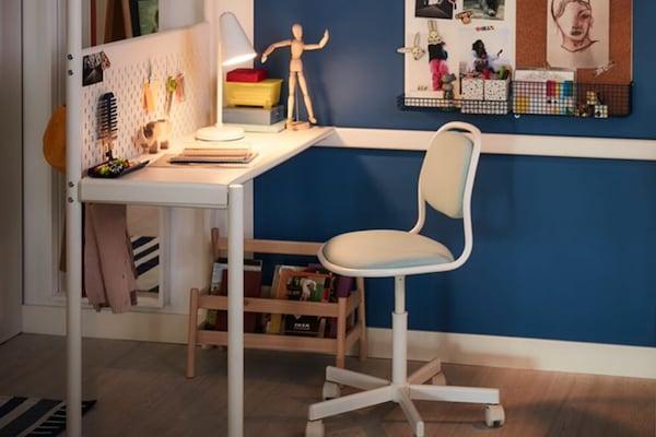 Biurko i krzesło w pokoju dziecięcym