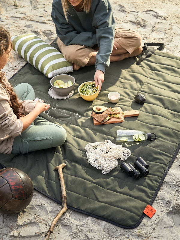 blankets and tablecloths for outdoor dining