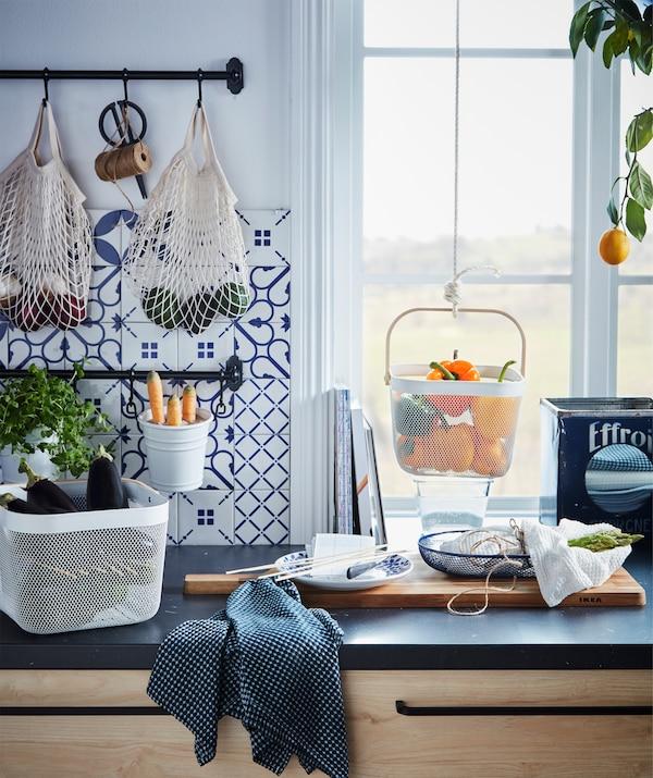 Blat de bucătărie cu diferite produse păstrate în recipiente suspendate sau stabile (aceeași imagine cu cea de mai sus).