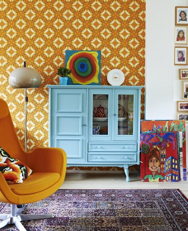 Blått skap mot en oransje vegg.