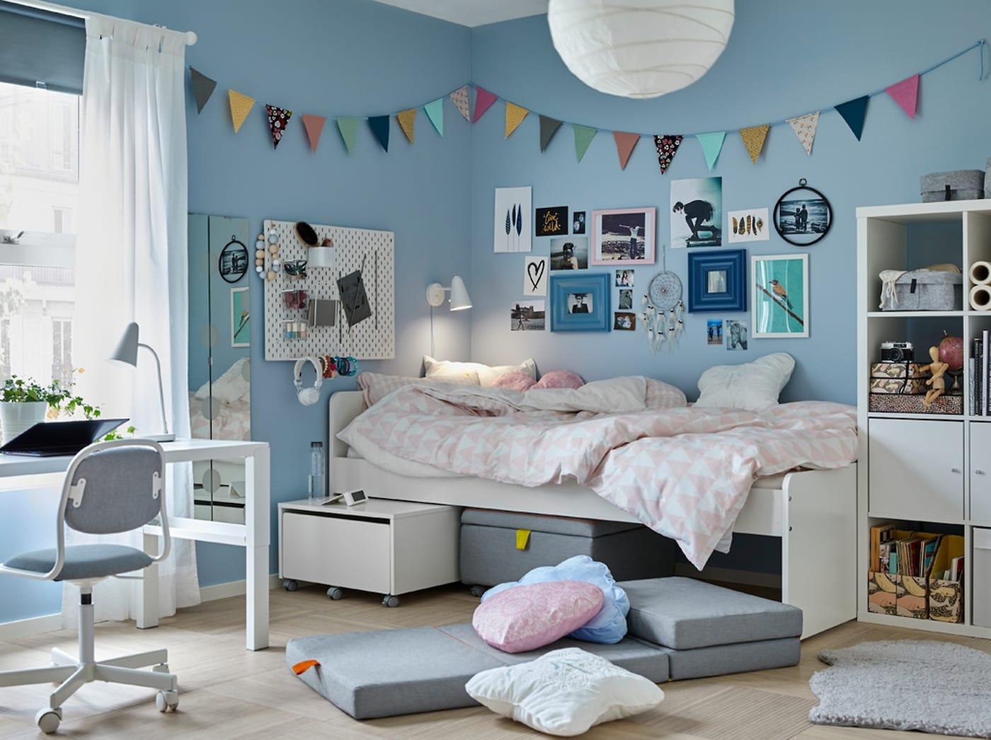 Blaues Jugendzimmer mit weißem SLÄKT Bettrahmen & SLÄKT Sitzelement mit Aufbewahrung darunter