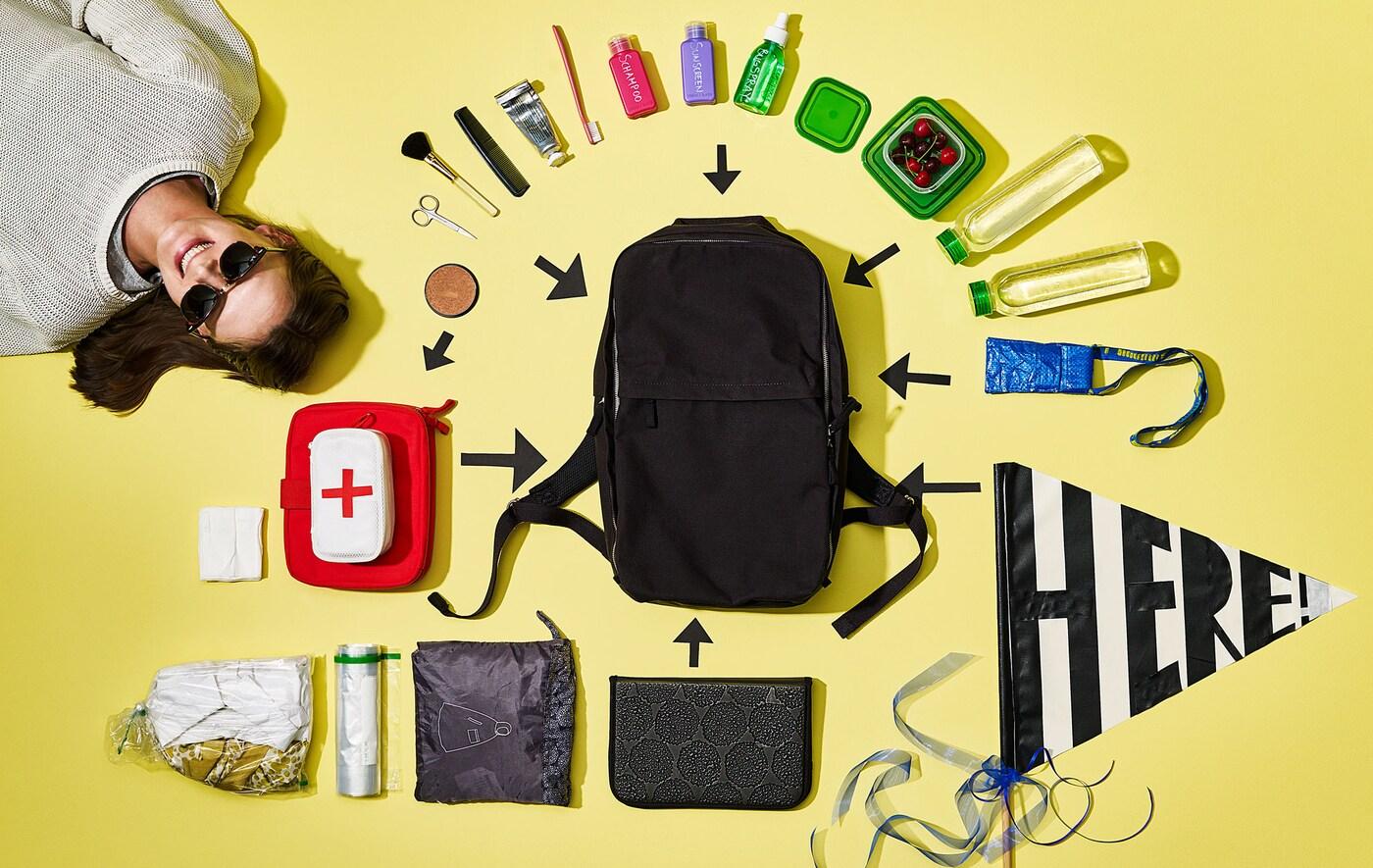 Blick auf den Inhalt eines Rucksack, der rings um den Rucksack angeordnet ist