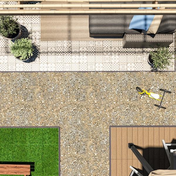 Blick von oben auf einen Aussenbereich mit drei verschiedenen Bodenbelägen, Gartenmöbeln, einem Dreirad und Topfpflanzen.