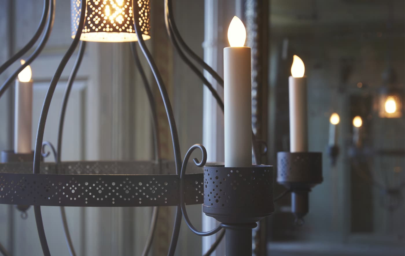 Bliski prikaz kandelabara s LED svijećama