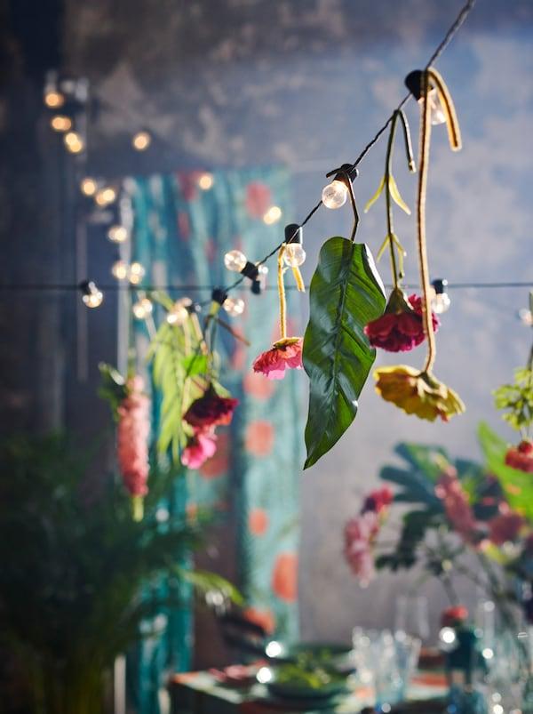 BLÖTSNÖ világító füzér, SMYCKA művirágokkal.