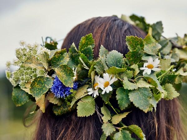 Blomsterkrans i håret på en langhåret pige til midsommer