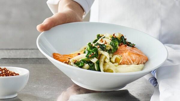 Блюдо с лососем