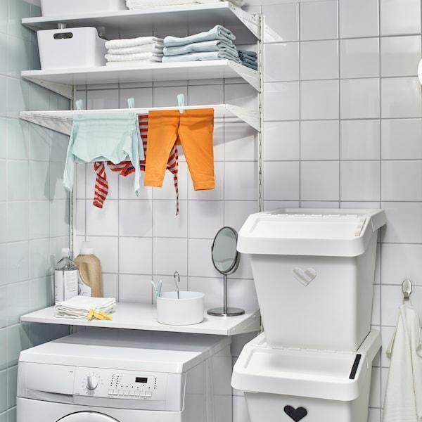 BOAXEL förvaring i badrum med kläder på tork.