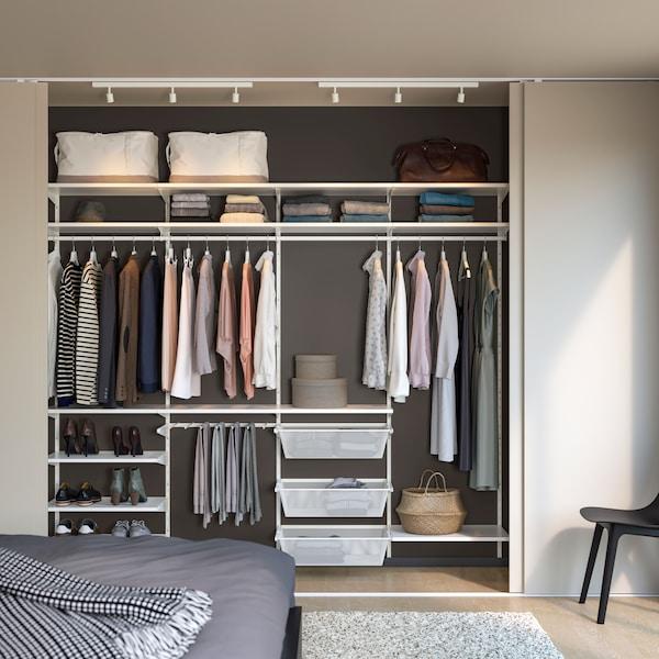 BOAXEL klädförvaring i garderob.