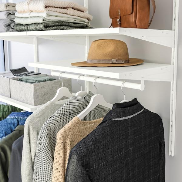 BOAXEL klädförvaring med hängande kläder och hyllor.