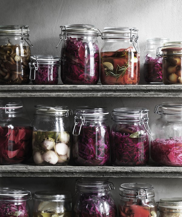 Bocaux de légumes en saumure, sur des étagères.