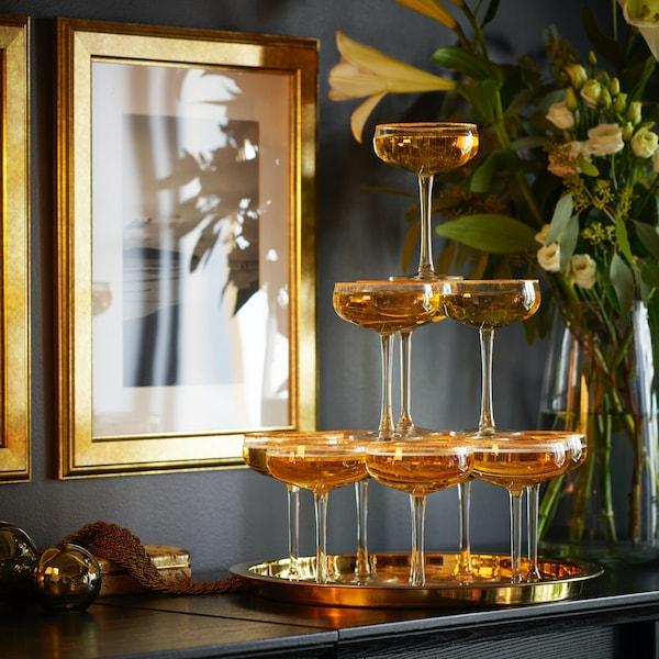 Бокал для шампанского в виде чаши с широким горлышком и невысокими стенками.