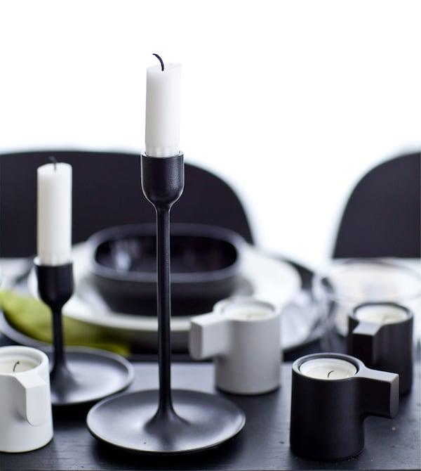 Borddækning i sort og hvid med lysestager.