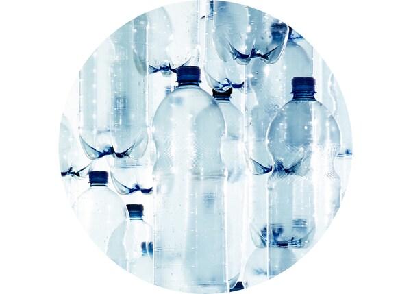 Botellas de plástico PET (lixo) á espera de ser recicladas e usadas como material para produtos de IKEA.