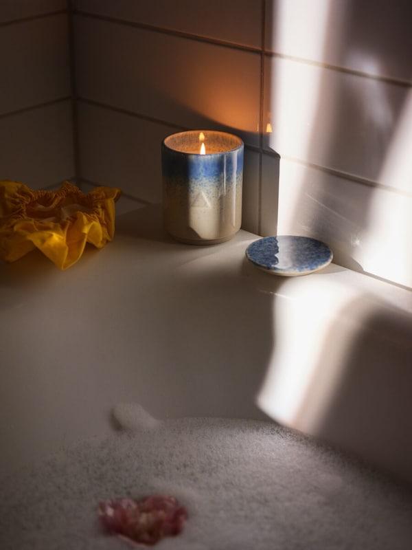 bougie-OSYNLIG-allumée-sur-une-baignoire