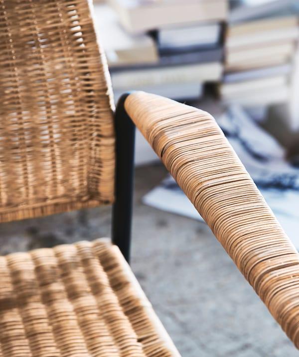 Bracciolo e seduta di una poltrona in rattan con struttura in acciaio - IKEA