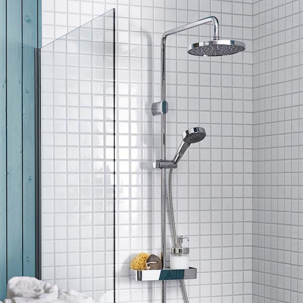 화이트 타일의 욕실에 설치된 BROGRUND 브로그룬드 샤워 세트의 고정 샤워헤드와 분리 가능한 핸드샤워기