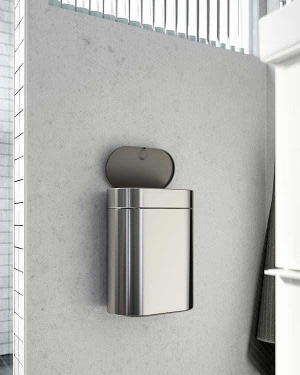 BROGRUND حاوية تفتح باللمس من ايكيا من الستنلس ستيل مثبتة على حائط بجانب حوض المغسلة.