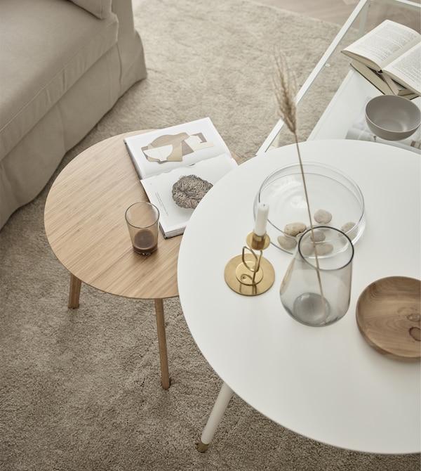 Brug et par små borde i forskellige former i stedet for et stort sofabord.